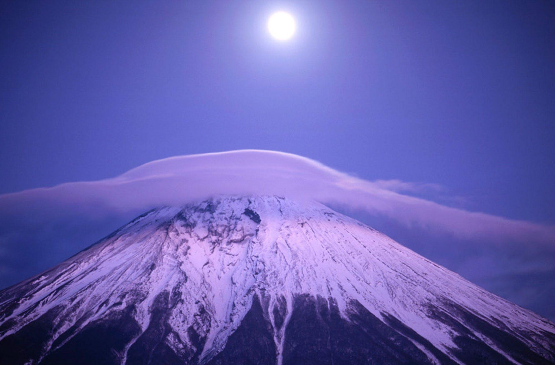 Ködös hegy a holdfényben